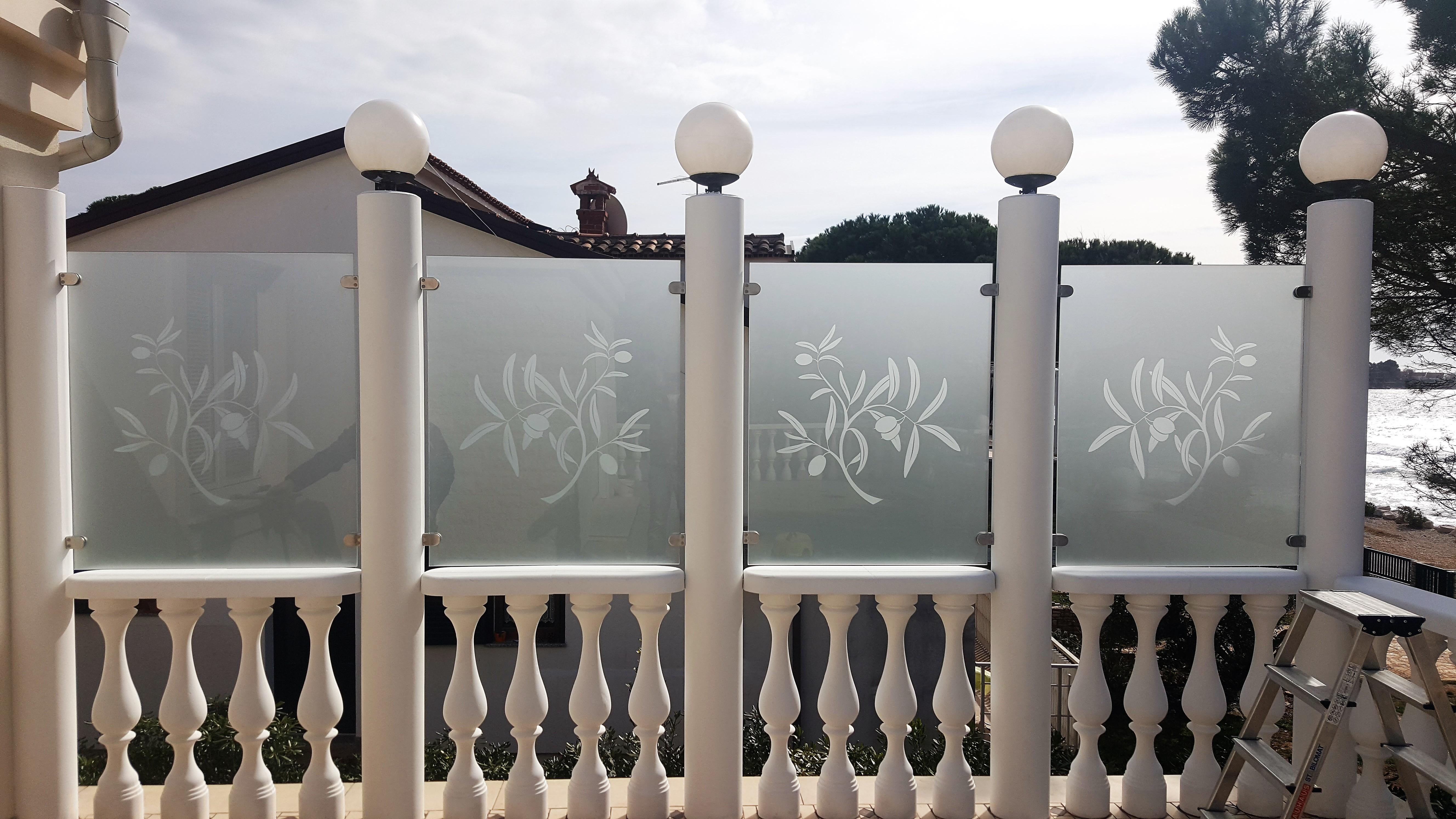 Ograja-jedkano steklo s peskanim vzorcem