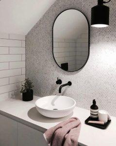 Ovalno ogledalo v črnem okvirju